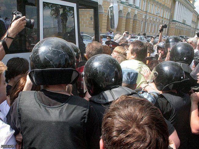 Полиция разогнала едва успевший начаться гей-прайд в Петербурге