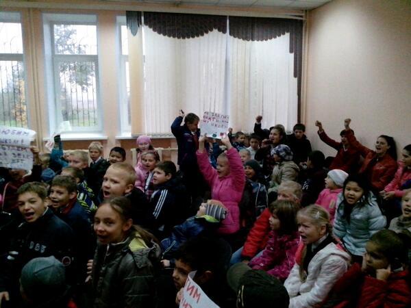 Ученики закрытой столичной школы взяли штурмом районную управу и хотят потеснить чиновников