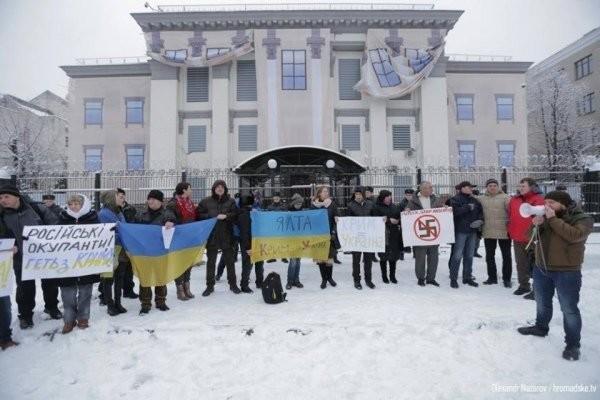 Переселенцы пикетировали посольство РФ в Киеве