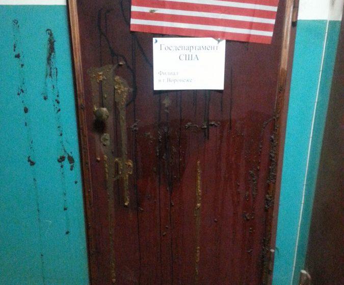 Дверь воронежской правозащитницы обмазали фекалиями