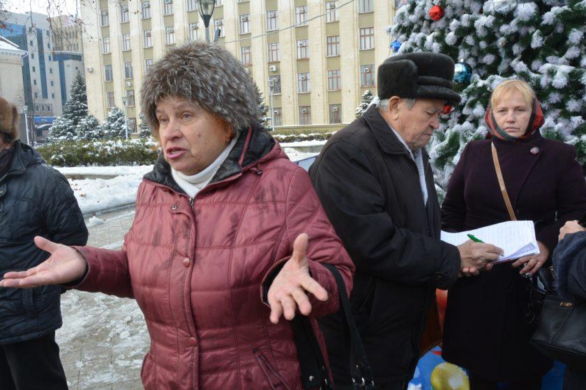 Испугавшись народного схода пенсионеров, к краевой администрации согнали снегоуборочные машины