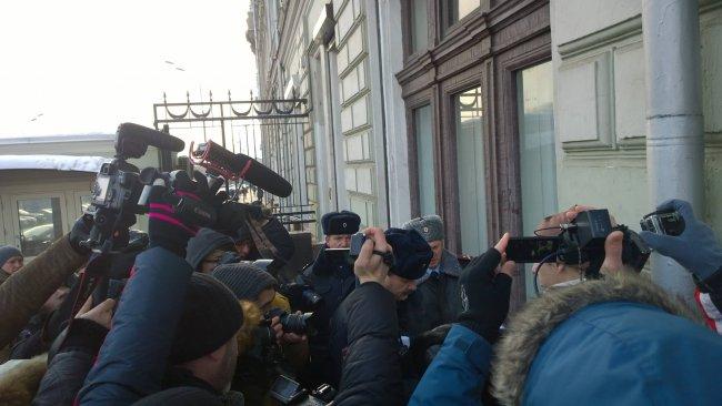 Члены «Яблока» задержаны у администрации президента во время пикетов за отставку Кадырова