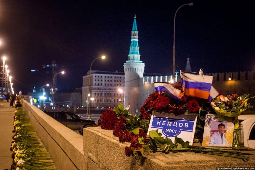 Полицейские задержали активистов, дежуривших у мемориала Немцова на Большом Москворецком мосту