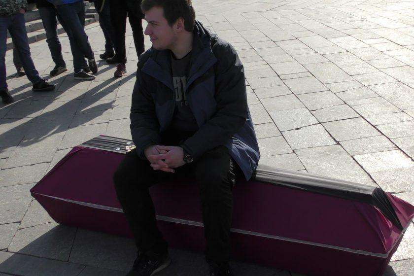 В Москве активистов задержали с гробом, символизирующим похороны «Единой России»