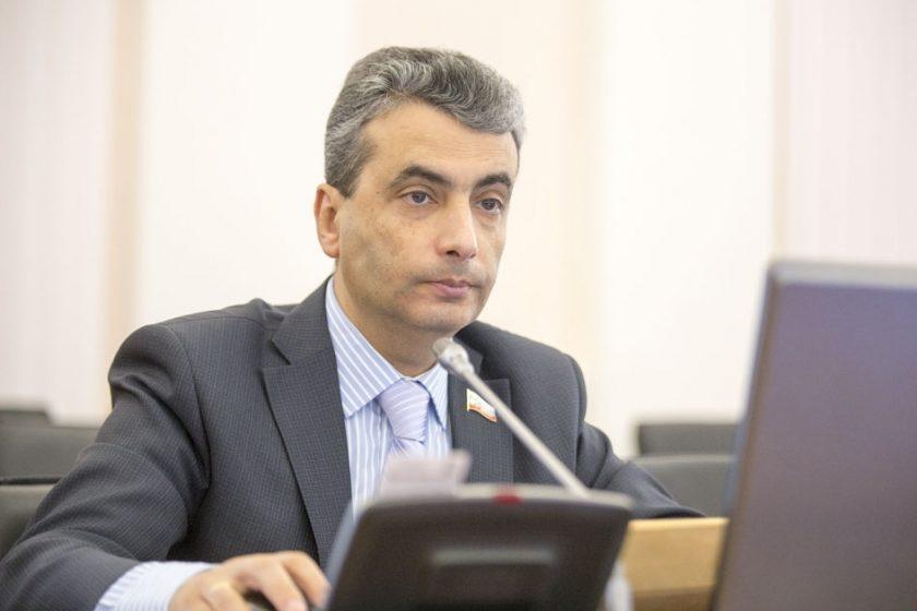 В Пскове возбудили дело из-за листовок против выборов, которые распространял лидер местного «Яблока» Лев Шлосберг