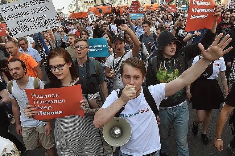 1200 задержанных, 75 тысяч штрафа для пенсионера, 14 суток ареста для адвоката: акции против пенсионной реформы