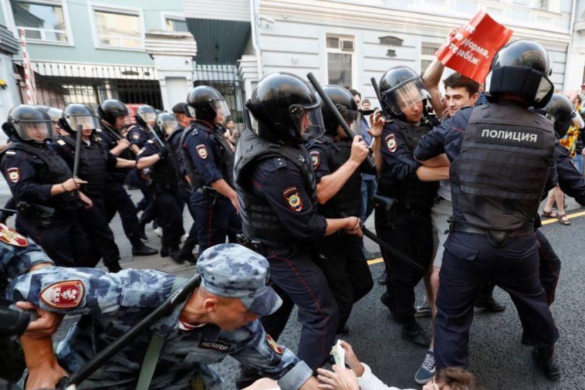 В Петербурге задержали двух журналистов и трех активистов «бессрочного протеста»