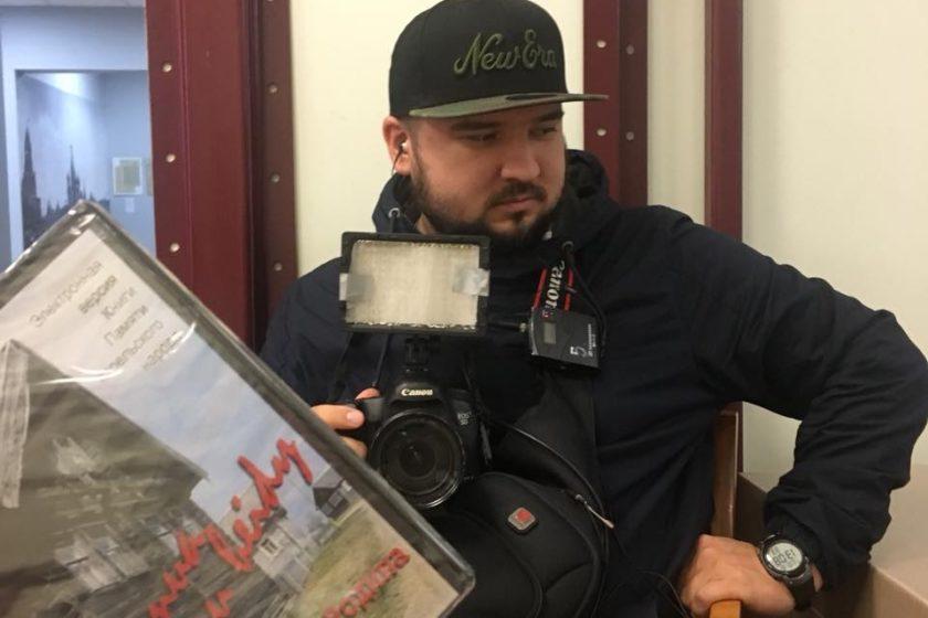 Сотрудники «РЕН ТВ» пришли в офис «Международного мемориала» в Москве с фотографиями из дела Дмитриева