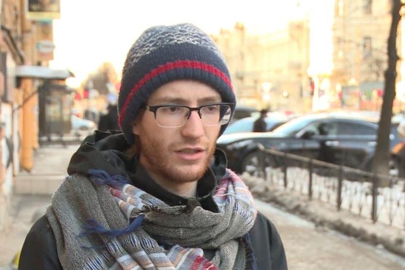Суд отменил штраф фотографу «Медиазоны» Давиду Френкелю. Его обвиняли в провокациях на суде по делу «Сети»