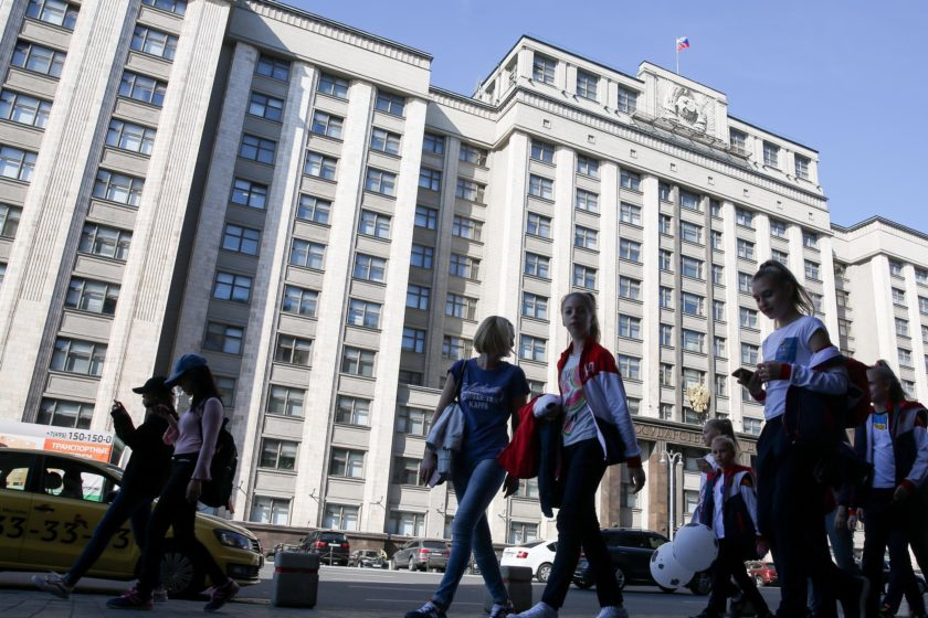 Депутаты Госдумы в первом чтении приняли закон о штрафах за участие детей в митингах
