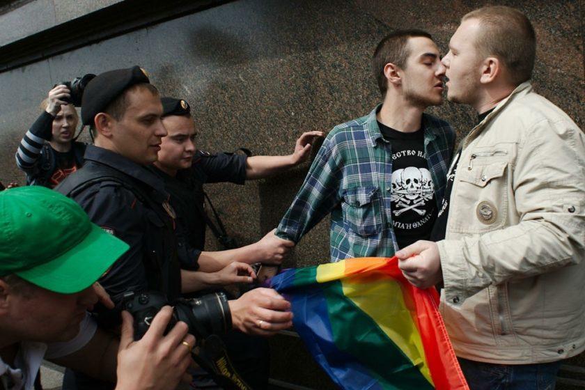 Полиция в Волограде наблюдала, как казаки сорвали пикет ЛГБТ-активистов