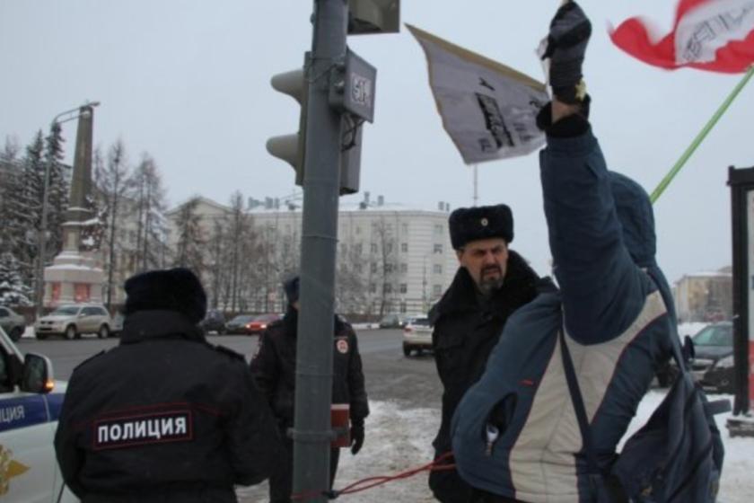 Приковавшего себя к светофору у администрации Архангельска оштрафовали на 200 тысяч