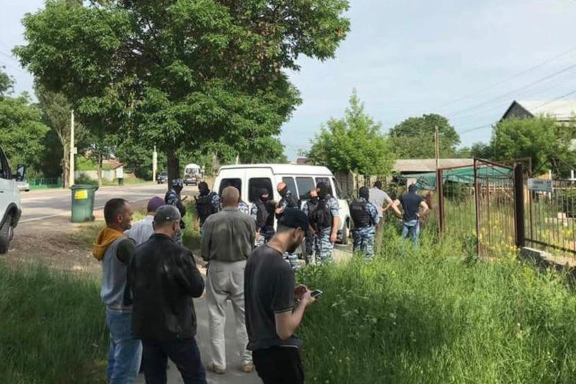 В Крыму восьмерых задержанных после обысков доставили в управление ФСБ