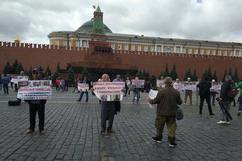 На Красной площади задержали семерых участников пикетов в поддержку крымскотатарских активистов