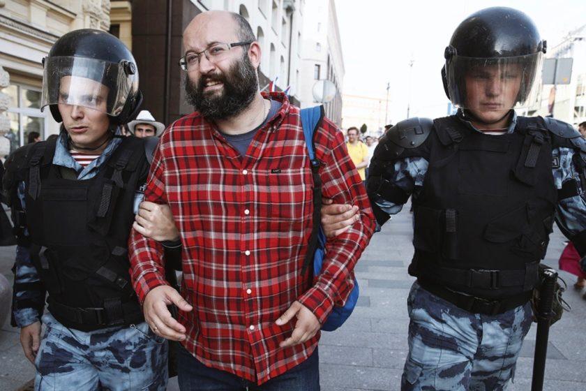 Омбудсмен пожаловался в прокуратуру на полицейских, задержавших Илью Азара. Двухлетнюю дочь журналиста оставили одну в незапертой квартире