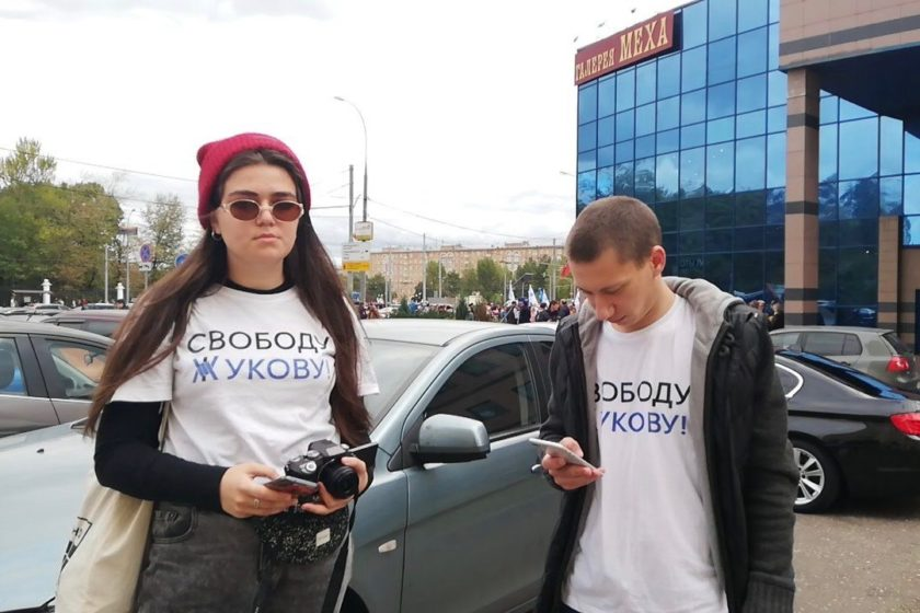 Бывшего фигуранта «московского дела» и двух студенток ВШЭ задержали на «Параде студентов» за символику в поддержку Егора Жукова